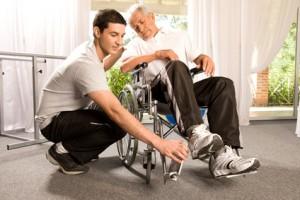 Die Pflege unserer Senioren ist nicht günstig. Pflege-Zusatzversicherungen helfen.