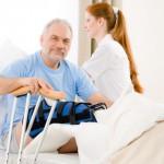 Älterer Mann mit Gipsbein im Krankenbett