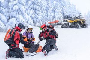 Rettungsmannschaft birgt verletzten Skifahrer