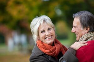 Ein glückliches älteres Paar beim Spaziergang im Park
